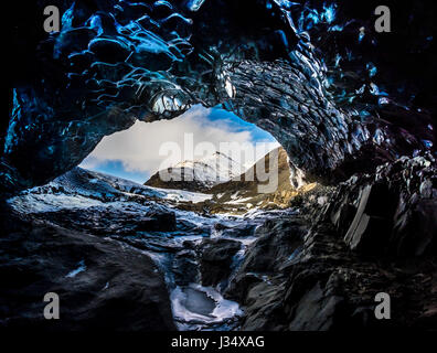 JÖKULSÁRLÓN, Island - ca. März 2015: Eishöhle in der Nähe der Lagune Glacial im Vatnajökull-Nationalpark - Stockfoto