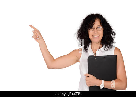Porträt einer schönen Geschäftsfrau mit einem Ordner und irgendwo zeigen. Isolierten weißen Hintergrund. - Stockfoto