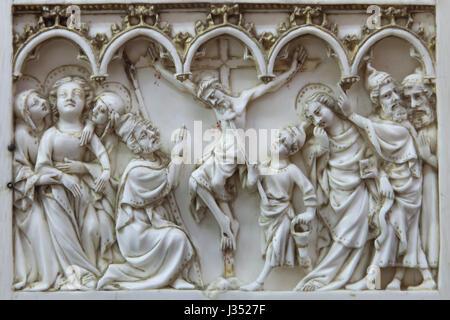 Kreuzigung. Detail der Elfenbein Altarbild der Szenen aus der Passion Christi datiert aus Ca. 1375-1400 auf Anzeige - Stockfoto