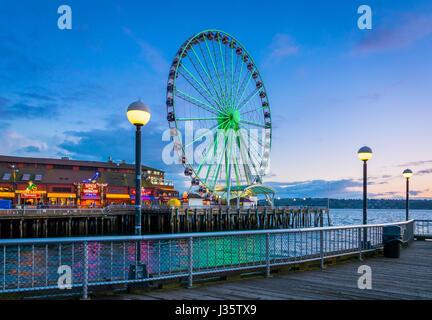 Die Seattle Great Wheel ist ein Riesenrad am Pier 57 an der Elliott Bay in Seattle im US-Bundesstaat Washington. - Stockfoto