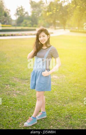 Portrait von Frau entspannen im Park - Stockfoto