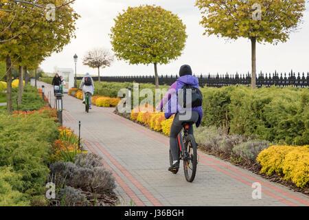 Junge Menschen auf Fahrrädern im Park. Fitness, Sport, Menschen und gesunden Lifestyle-Konzept - Stockfoto