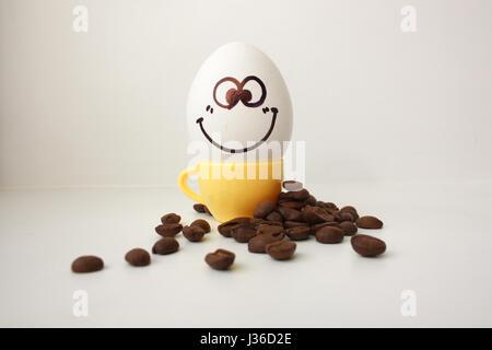 Ei mit Gesicht. Lustig und nett, eine Kaffeetasse - Stockfoto