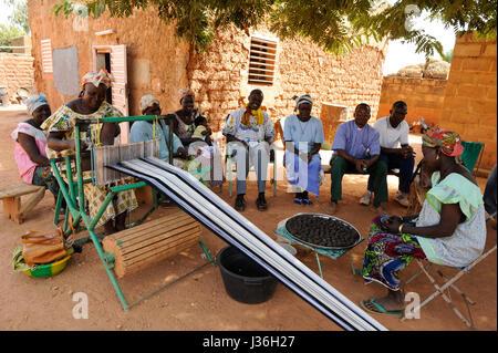 BURKINA FASO Kaya, Diözese Bank bietet Mikro-Darlehen für Einkommensförderung, Frauengruppe mit dem Weben Webstuhl - Stockfoto