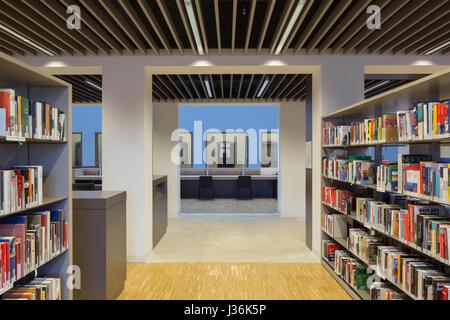 Bibliothek mit Blick auf Mezzanine Raum lesen. Haus der Bildung - kommunale Bibliothek Bonn, Bonn, Deutschland. - Stockfoto