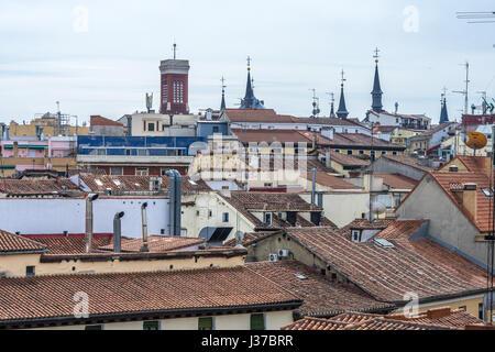 Madrid, Spanien. 21. März 2017.  Aerial Stadtansicht Blick auf Dächer über Opera - Madrid de Los Austrias Bereich. - Stockfoto