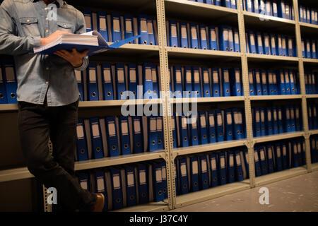Geringen Teil der Geschäftsmann lesen Datei im Abstellraum am Arbeitsplatz - Stockfoto