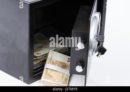 Safe Deposit Box, Haufen von Bargeld, Euro. Auf weißem Hintergrund - Stockfoto