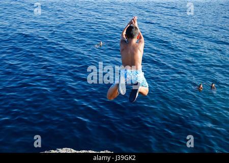 9-Year-Old Boy ins Meer tauchen. - Stockfoto