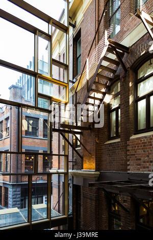Ein Blick auf die alte Clare Hotel original Eisenstiege, Chippendale, Sydney. Das australische Boutique-Hotel ist - Stockfoto