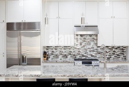 Charmant ... Momentaufnahme Der Inneren Moderne Küche Mit Granit Arbeitsplatte Insel  Und Intelligente Kühlschrank   Stockfoto