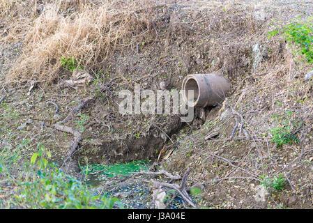 Alte Beton Abflusswasser in Fischfarmen, und Entwässerung System. - Stockfoto