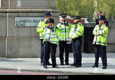 London, England, Vereinigtes Königreich. Polizisten in Lambeth Bridge - Stockfoto
