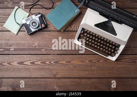 Alte Schreibmaschine auf hölzernen Tisch. Ansicht von oben - Stockfoto