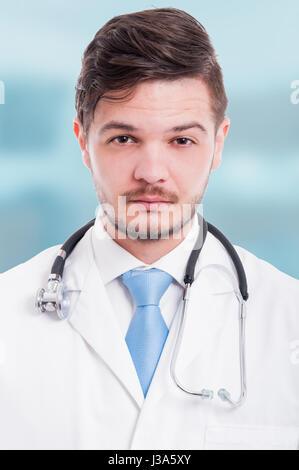 Porträt von zuversichtlich und schweren männlichen Arzt mit Stethoskop und weißen Mantel - Stockfoto