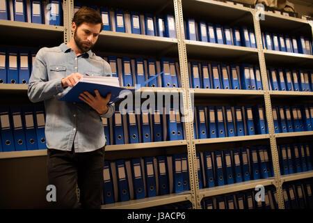Betreffenden Unternehmer lesen Datei stehen im Lagerraum - Stockfoto