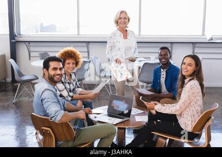 Porträt-glücklich junge Business-Team auf Kreativbüro zusammenarbeiten - Stockfoto