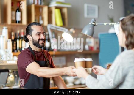 Mann oder Kellner servieren Kunden in Coffee-shop - Stockfoto