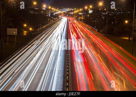 Rush Hour auf einer Autobahn in Großstadt - Stockfoto
