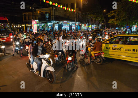 Hoi an, Vietnam - 11. März 2017: Total verklemmt Kreuzung. Menschen kamen in die Stadt, Full Moon Festival auf eine - Stockfoto