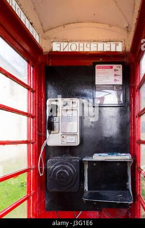 Rotes Telefon Box Innenraum - schottischen Highlands, UK - Stockfoto