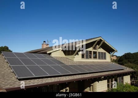 Sonnenkollektoren auf dem Dach des Hauses. horizontale Ausrichtung, blauer Himmel, graue Platten auf braunen Dach. - Stockfoto