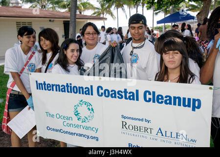 Miami Beach Florida Lummus Park International Coastal Cleanup freiwillige Studenten Mädchen jungen Teenager Teenager - Stockfoto
