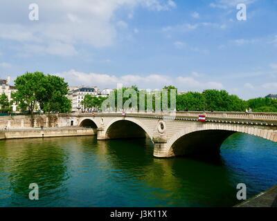 Grüne und blaue Reflexion aus dem Fluss Seine, Pont Marie (Brücke), Paris, Frankreich. - Stockfoto