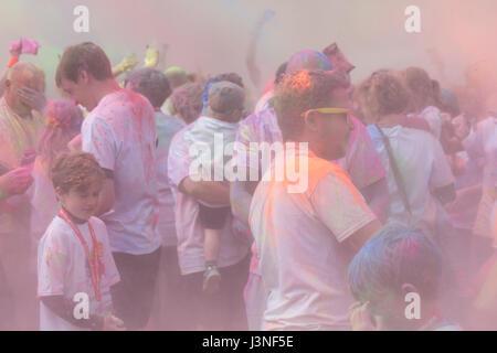 Weymouth, Dorset, UK. 6. Mai 2017. Weldmar die erfolgt Farbe laufen an Weymouth, Gelder für die Nächstenliebe. Familien - Stockfoto