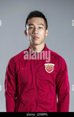 Porträt des chinesischen Fußballer er Guan von Shanghai SIPG F.C. für die 2017 Chinese Football Association Super - Stockfoto
