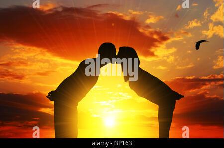 Küssen Liebe Paar in der Sonne - Stockfoto