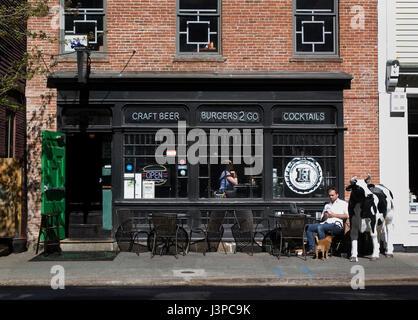 Eine Bar/Restaurant am South Main Street - Providence, Rhode Island, USA - Stockfoto