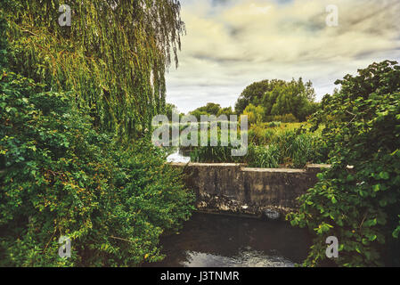 Schöne englische Landschaft. Herrliche Landschaft über englische Landschaft im Sommer Sonnenuntergang. Teich. - Stockfoto