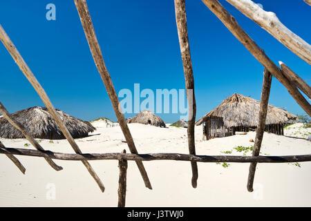 Links Fischerhütten in der Wüste Dünenlandschaft von Lencois Maranhenses Nationalpark in Brasilien - Stockfoto