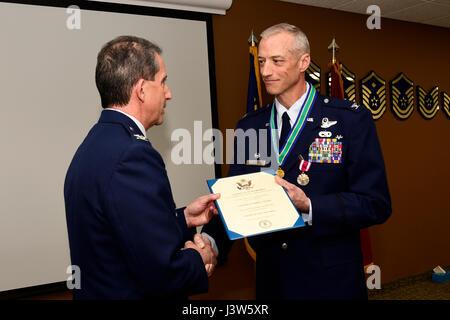 120. Airlift Wing stellvertretender Kommandeur Oberst Thomas Mora stellt, die Oberst Patrick Hover mit seiner Pensionierung - Stockfoto