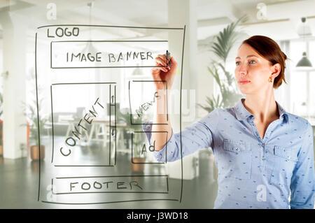 Web Designer Zeichnung Website Entwicklung Drahtmodell im Büro ...