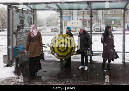 Russische Wetter, Moskau, Schnee. Montag, 8. Mai 2017. Bewölkt und Regen am Morgen. Starker Schneefall und Regen - Stockfoto