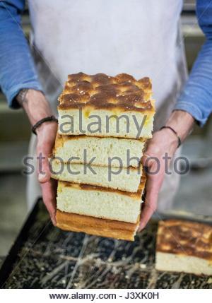 Bäcker mit frisch zubereiteten focaccia - Stockfoto