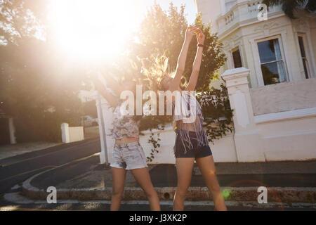 Mädchen im Teenager-alter unter selfies in Street, Kapstadt, Südafrika - Stockfoto