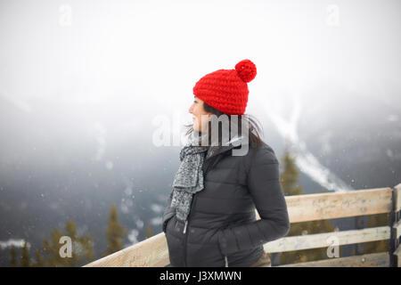 Frau weg auf der nebligen Wald, Banff, Kanada - Stockfoto