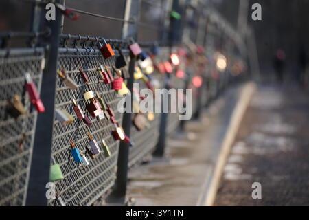 Liebesschlösser an einem Brückengeländer hängen. - Stockfoto