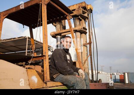 Menschen auf der Baustelle sitzen auf schweren Maschinen - Stockfoto