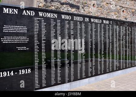 Ein Weltkrieg Denkmal für die Männer und Frauen der Grafschaft Waterford gebaut auf der Basis von Dungarvan Castle - Stockfoto