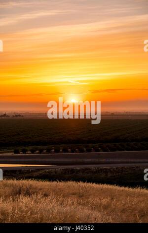 Sunrise entlang der Interstate 5 in San Joaquin Valley in Kalifornien - Stockfoto