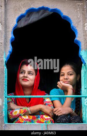 Zwei Frauen mit einem in bunten Sari, Jodhpur, Rajasthan, Indien - Stockfoto