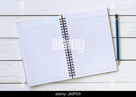 Offenen Notizbuch mit Bleistift mit Raum und leere Seiten. - Stockfoto