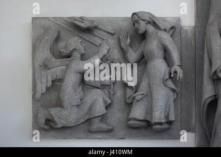 Verkündigung. Detail des Altars der Heiligen Jungfrau von tschechischer Bildhauer Karel Pokorný in St.-Wenzels Kirche, - Stockfoto
