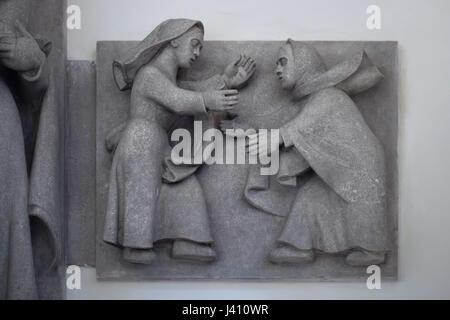 Heimsuchung. Detail des Altars der Heiligen Jungfrau von tschechischer Bildhauer Karel Pokorný in St.-Wenzels Kirche, - Stockfoto