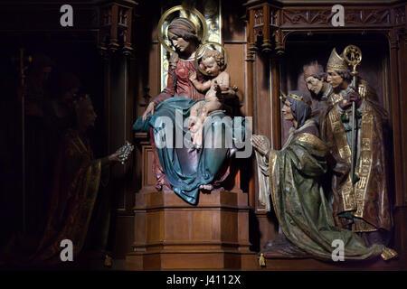 Jungfrau Maria mit Kind umgeben von den Schutzheiligen des tschechischen Staates. Seitenaltar geschnitzt von tschechischer - Stockfoto