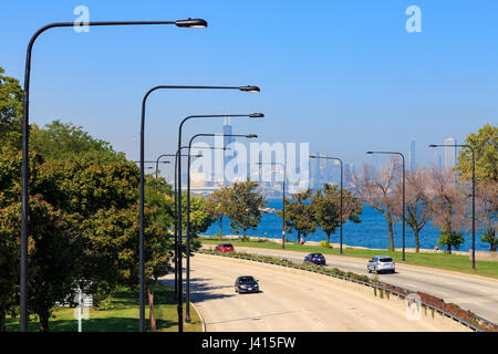 Skyline von Chicago von Lakeshore Drive in der South Side von Chicago, IL, USA gesehen. - Stockfoto